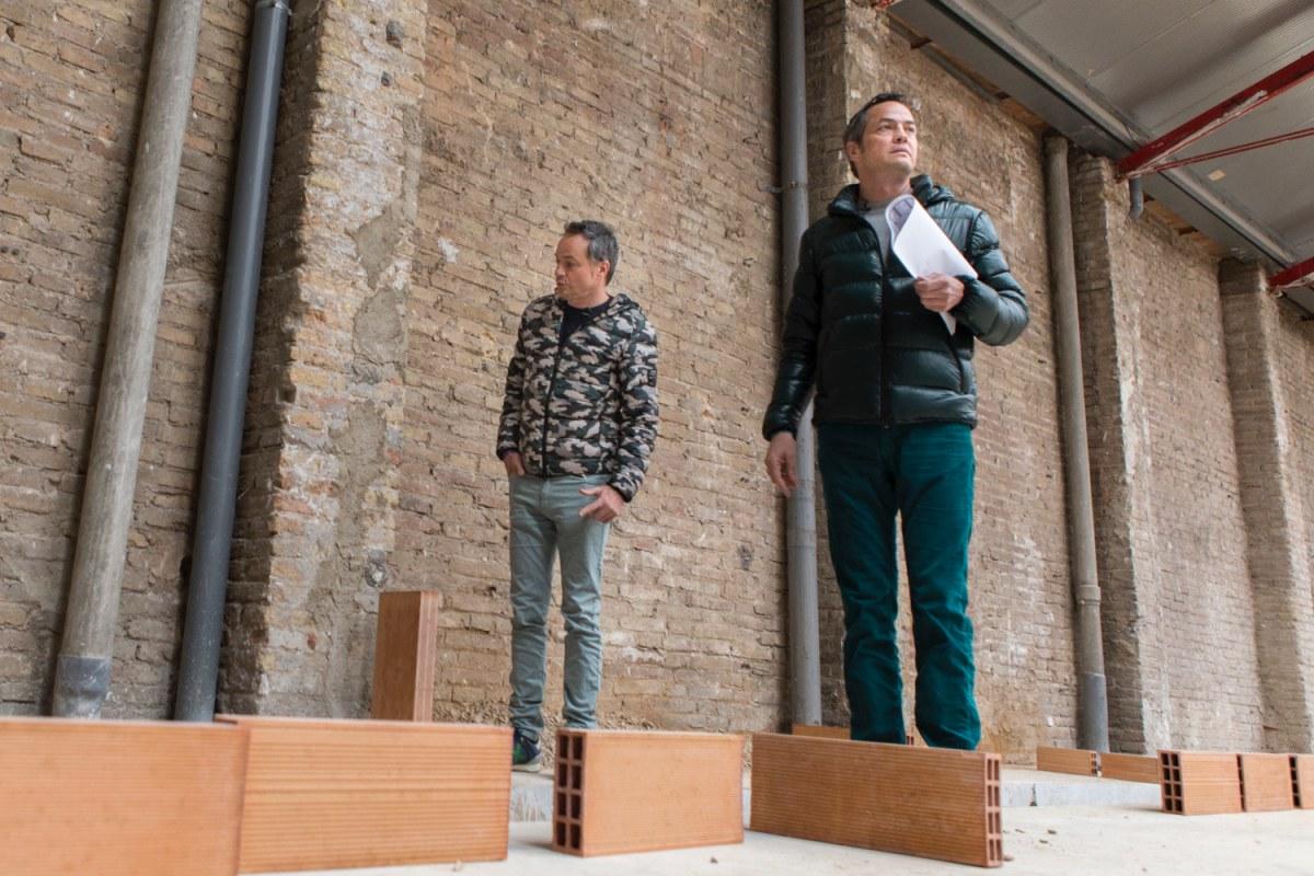 Sergio y Javier controlan todos los detalles de las obras. Aquí irán las mesas de los comensales, junto a una gran cortina que en un futuro planean convertir en algo tecnológicamente vivo.