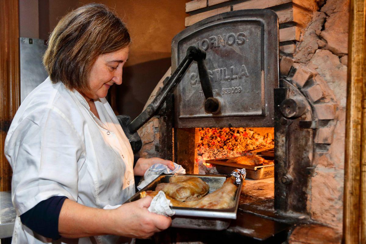 Cabritos, corderos y cochinillos asados en un tradicional horno castellano.