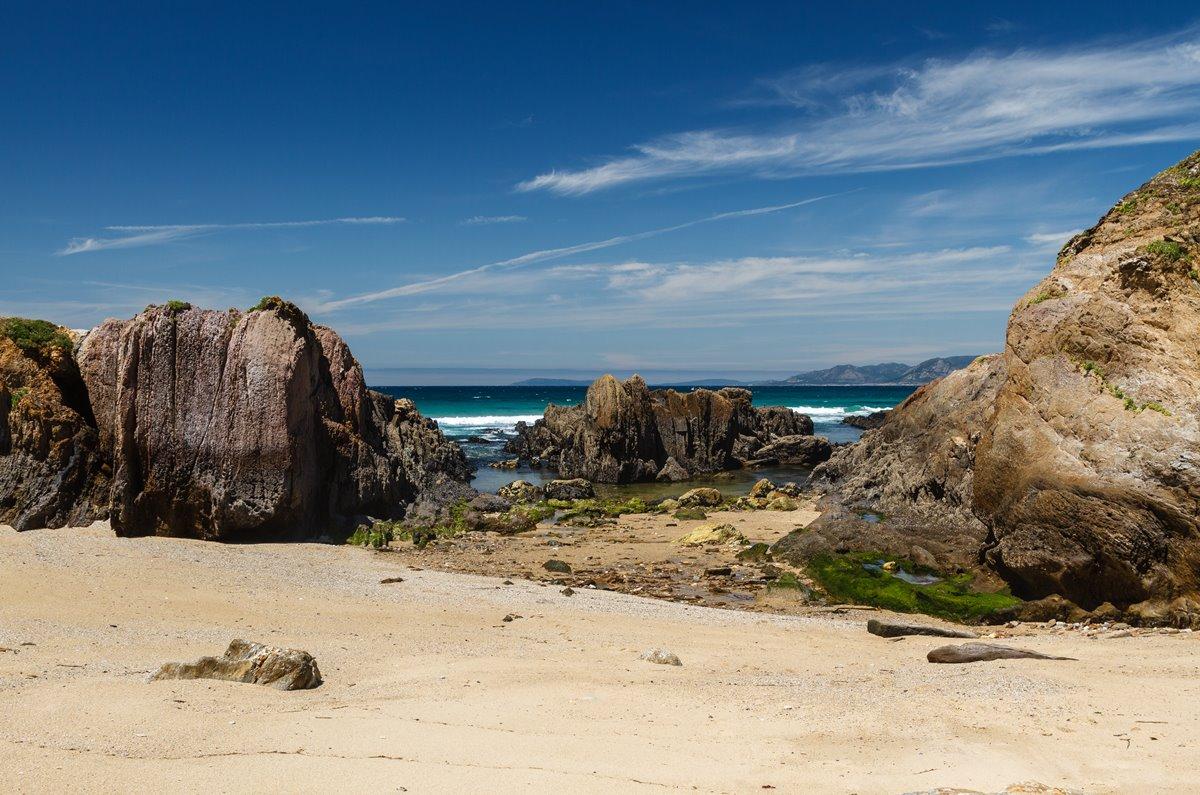 Las rocas forman piscinas de agua natural en As Furnas. Foto: Shutterstock.