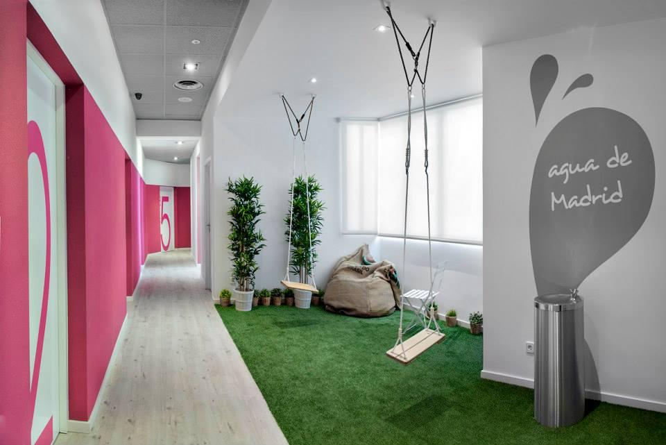 Uno de los pasillos de U Hostels Madrid ¡con columpios incluídos!. Foto: U Hostels.