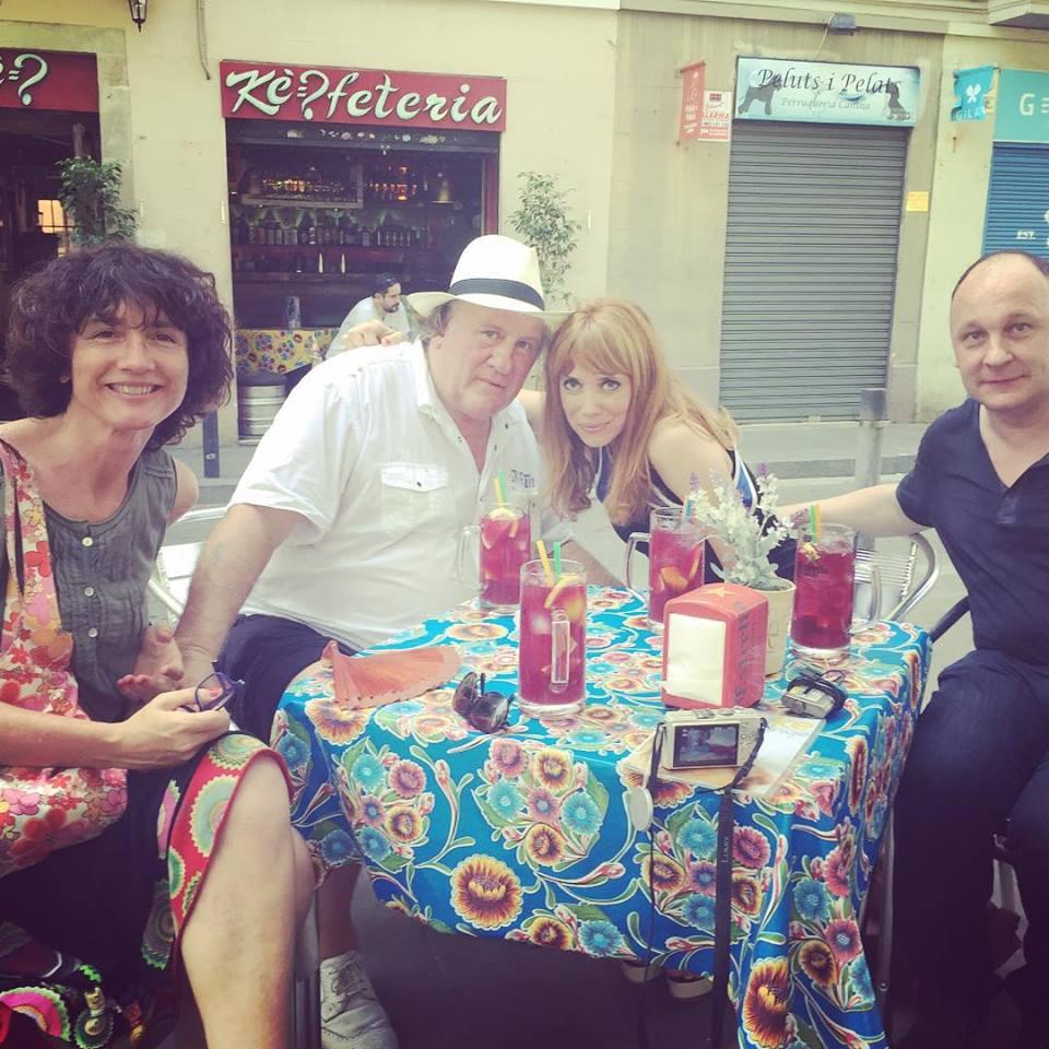 Con Gérard Depardieu tomando algo en La Barceloneta.