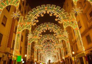 Calle iluminada en las Fallas de Valencia.