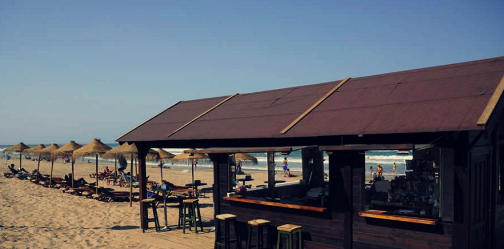 Frente a Casa Manolo está su lounge a pie de playa. Foto: Casa Manolo.