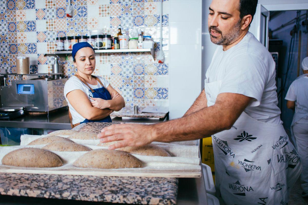 Alexis García con las manos en la masa bajo la atenta mirada de su mujer, Marlene Hernández.