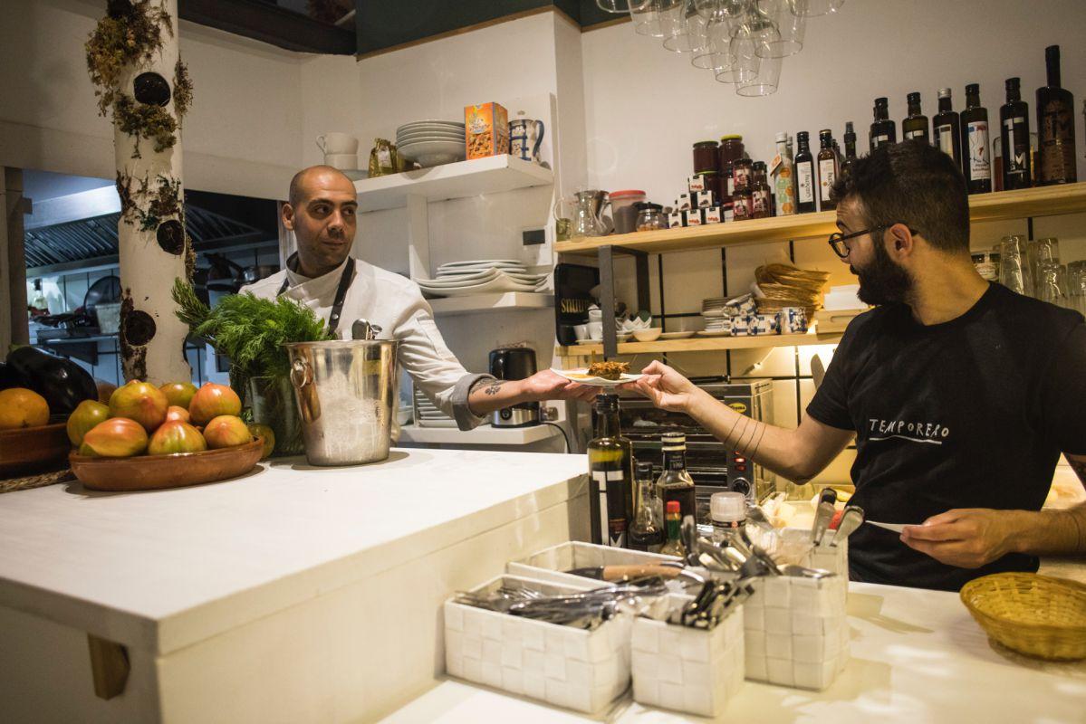 En la barra del bar Sorbito Divino, en Valencia, Pasquale Aragona, el chef, habla con el camarero.