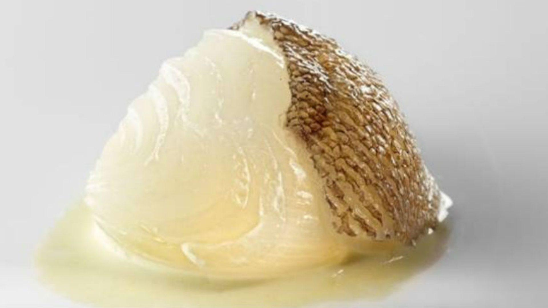 Plato estrella: Cebolla blanca, fondo de bacalao y pimienta verde