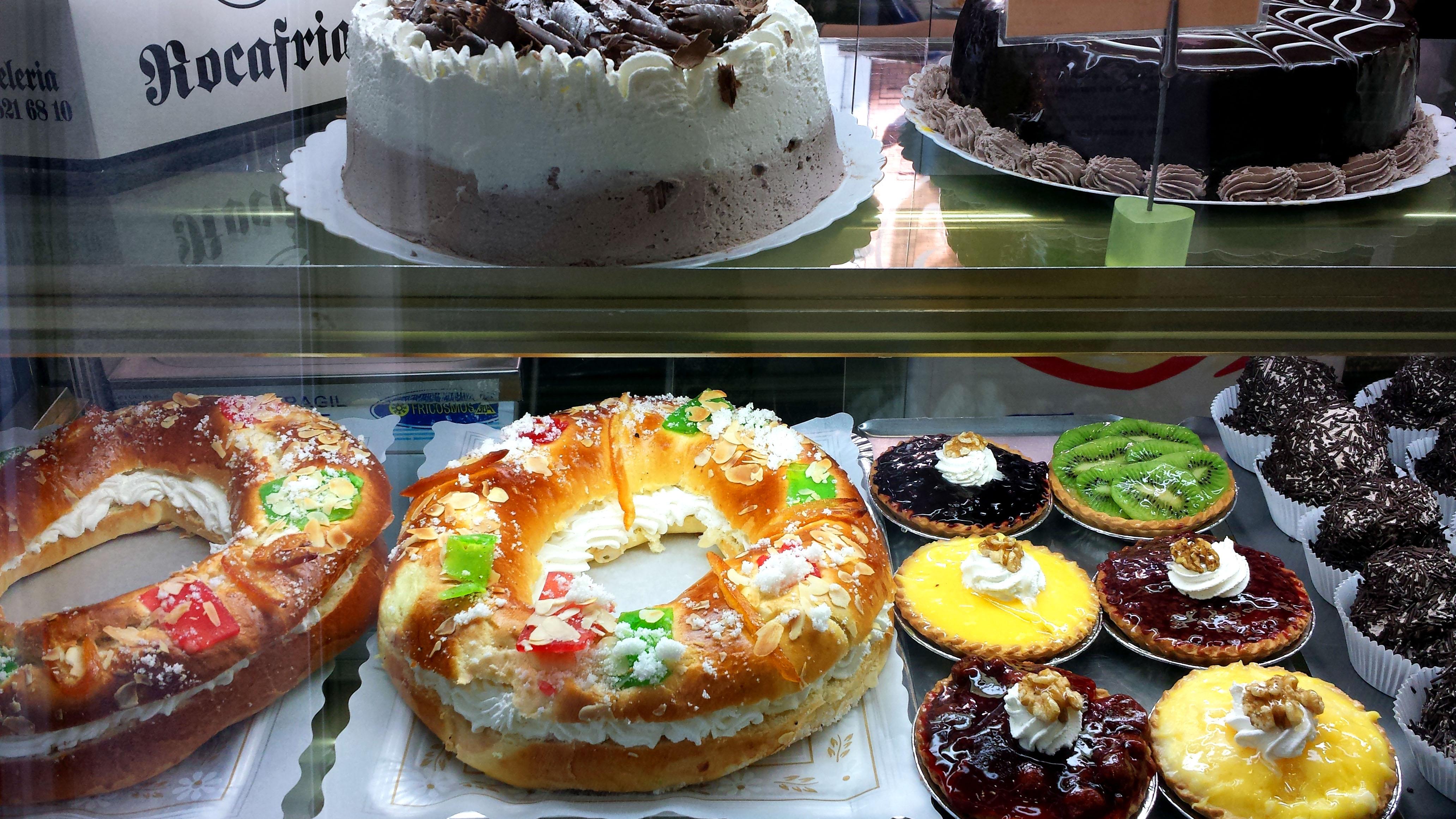 Los roscones de Rocafría llevan relleno de nata, trufa o crema pastelera.