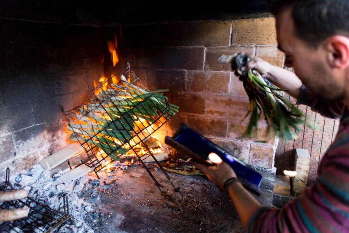 Los 'calçots' del Valls a las llamas vivas.