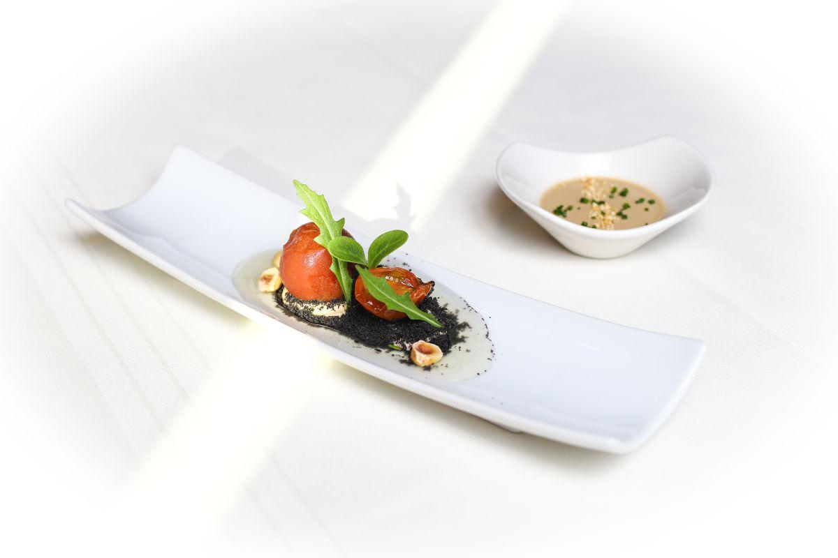 Tomate en diferentes texturas con 'mousse' de anchoas y tierra de aceituna negra.