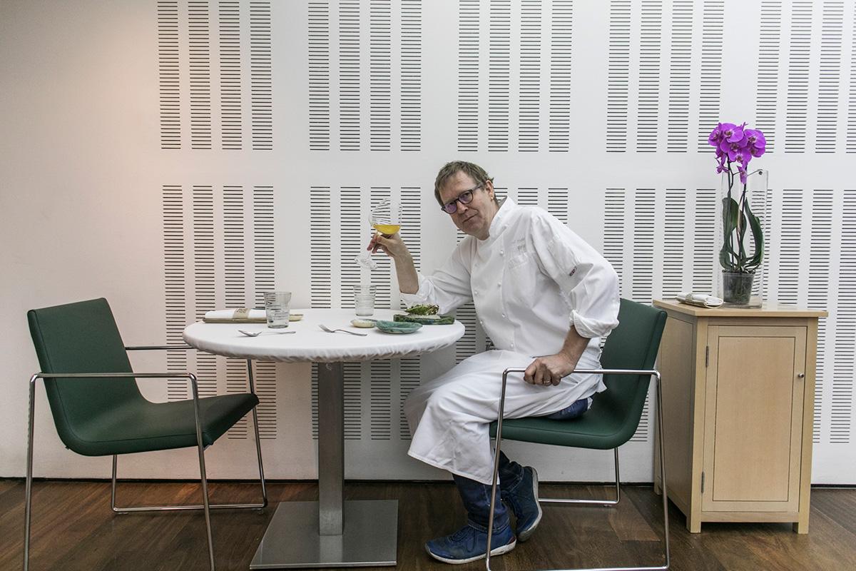 El chef alemán sentado y dispuesto para comer en su propio local.