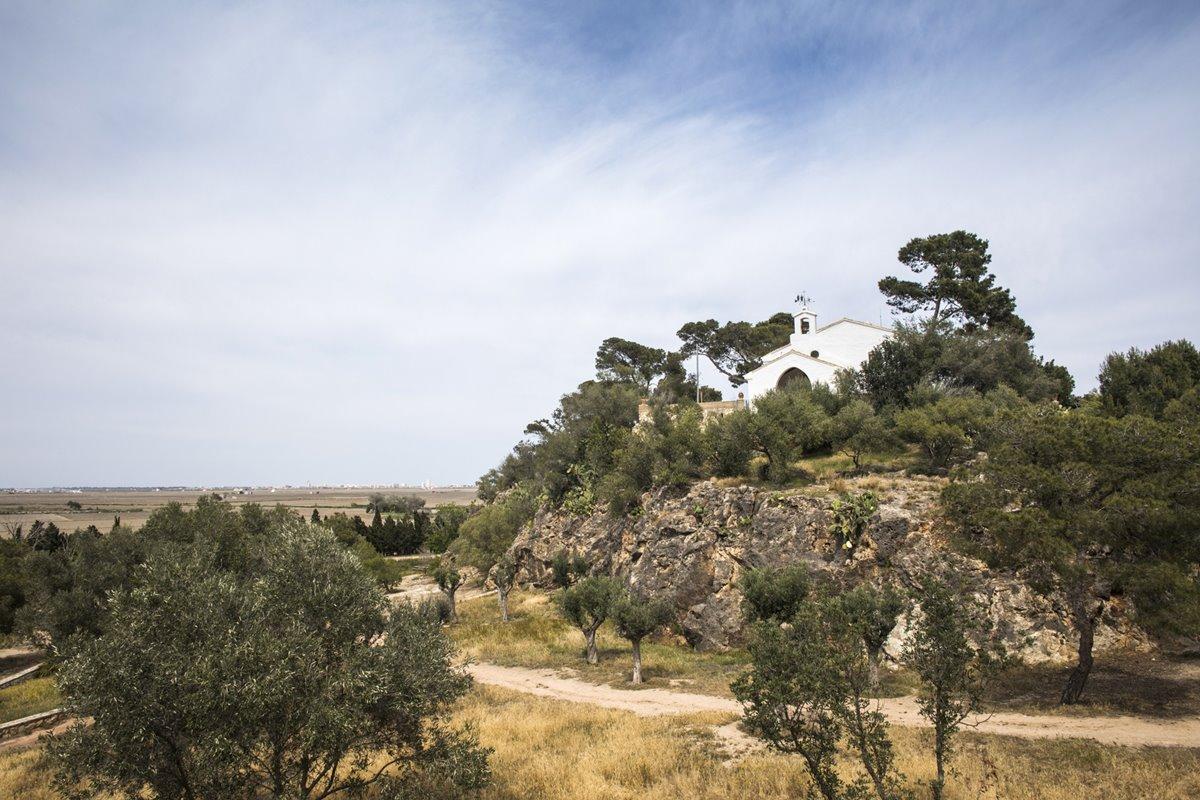 En lo alto de la Muntanyeta dels Sants, la Ermita de los Santos de Piedra, patronos de los agricultores.