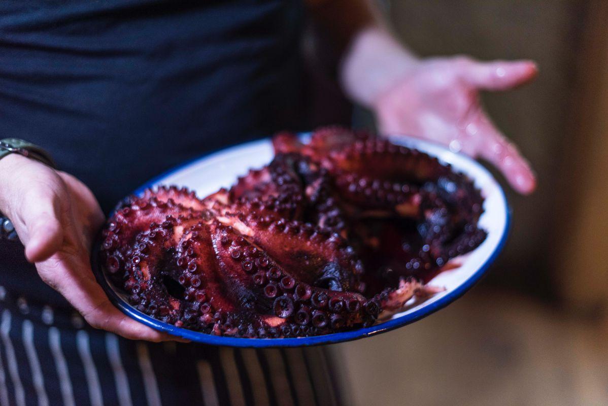 El pulpo, uno de los mejores productos con los que cuenta la cocina, se cuece en su propio jugo.