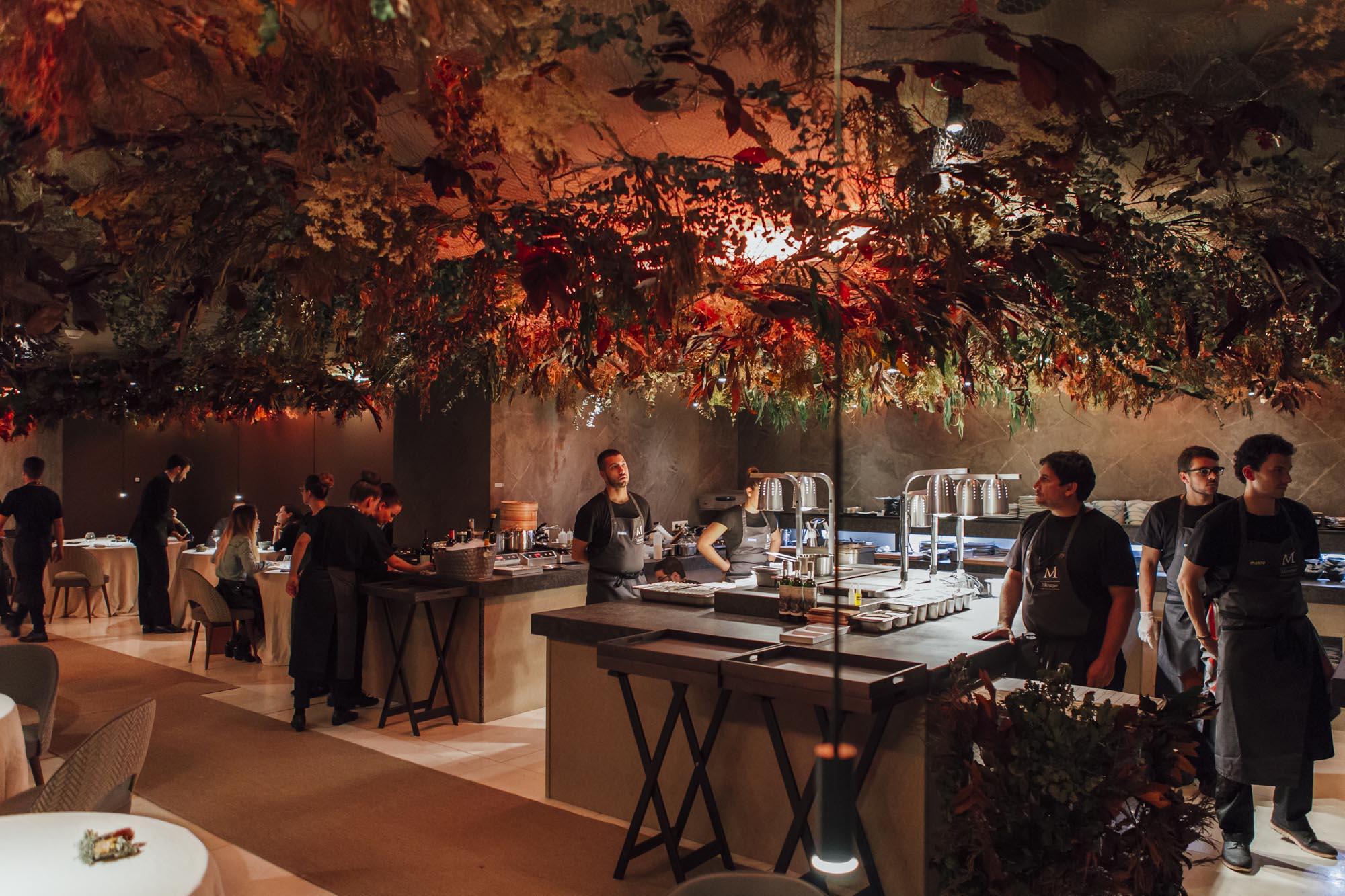 Muchos de los platos se terminan frente al comensal, en la cocina vista del restaurante.