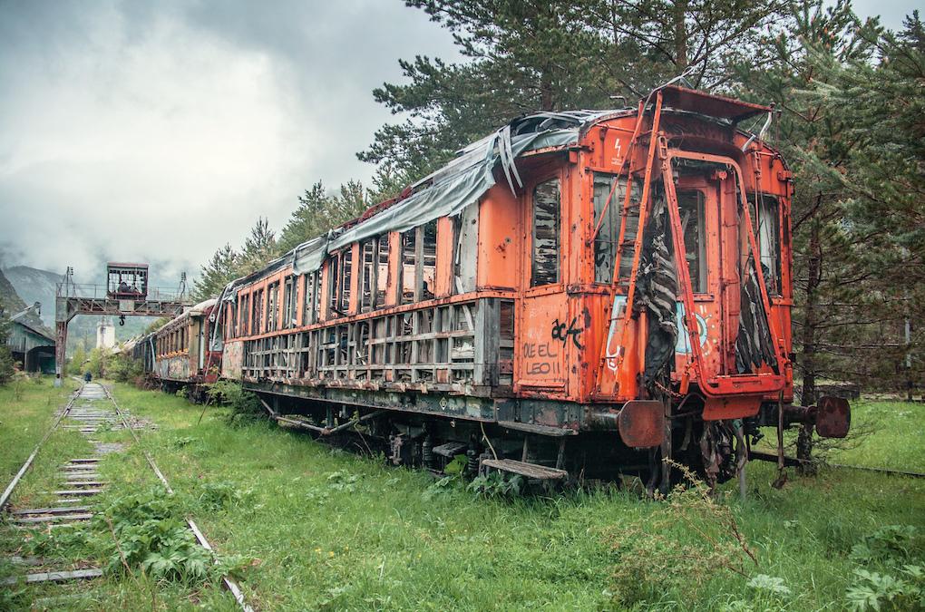 La historia de esta estación puede intuirse en estos vagones abandonados.