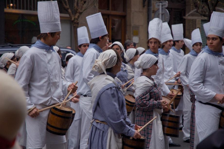 Cocineros con sus barriles durante la tamborrada Foto: Estitxu.