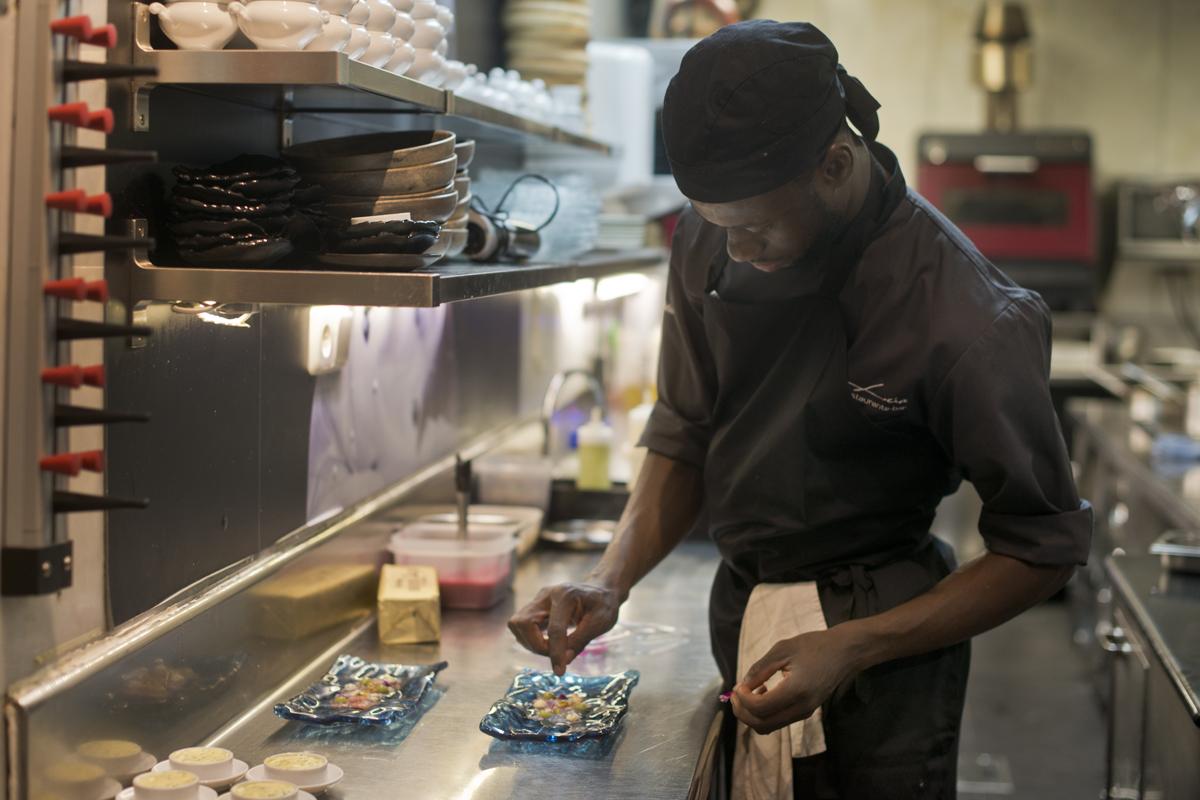 Un cocinero termina el carpaccio de carabinero