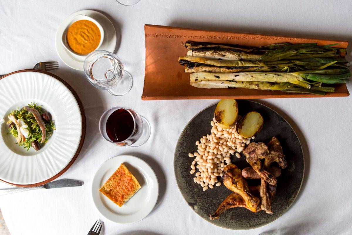 El menú incluye ensalada 'xató', teja de 'calçots' y parrillada con alubias de Santa Pau.