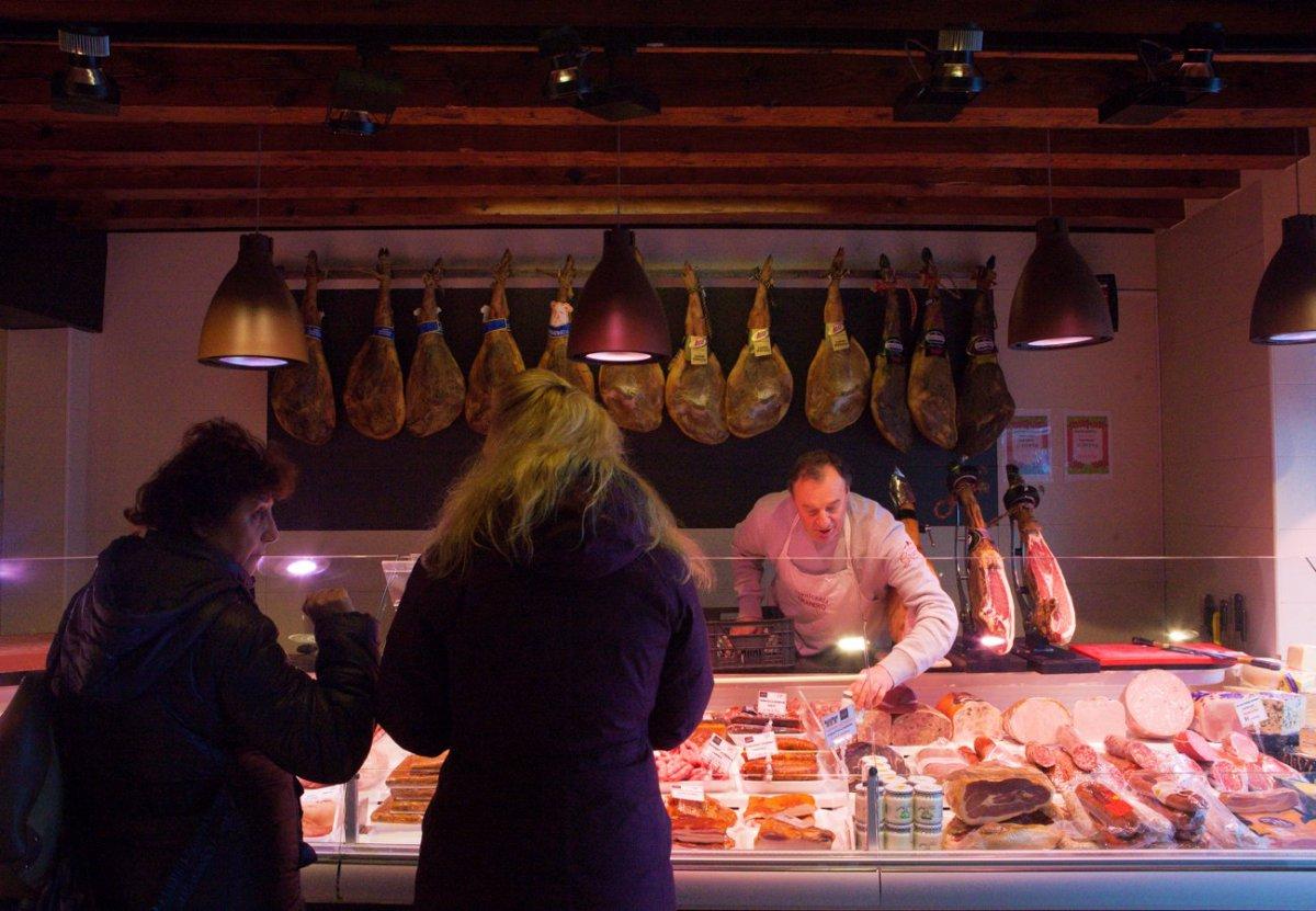 Mucha clientela local y turistas para comprar carne con el sello IGP.