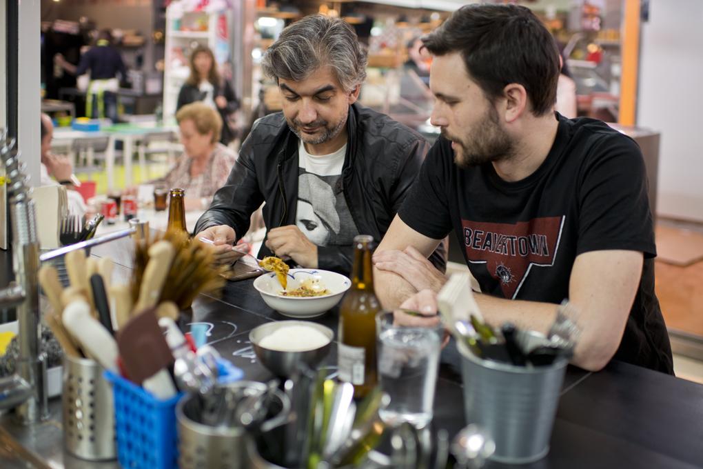 Dos amigos comparten en la barra unos dumplings de cine.