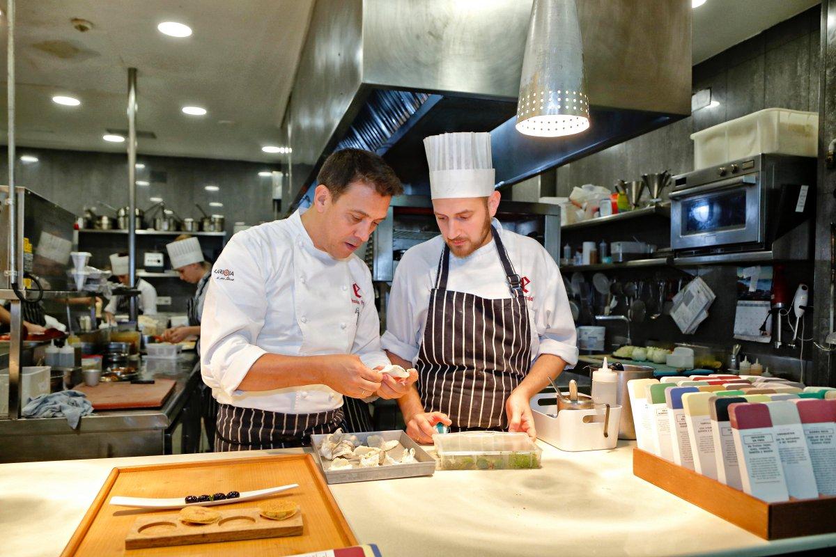 Restaurante 'El Portal de Echaurren'. Francis Paniego preparando uno de los platos en cocina.