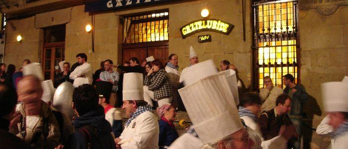 La sociedad gastronómica de Gaztelubide son los encargados de abrir cada año la Tamborrada. Foto: Flickr, Anthony Patterson.