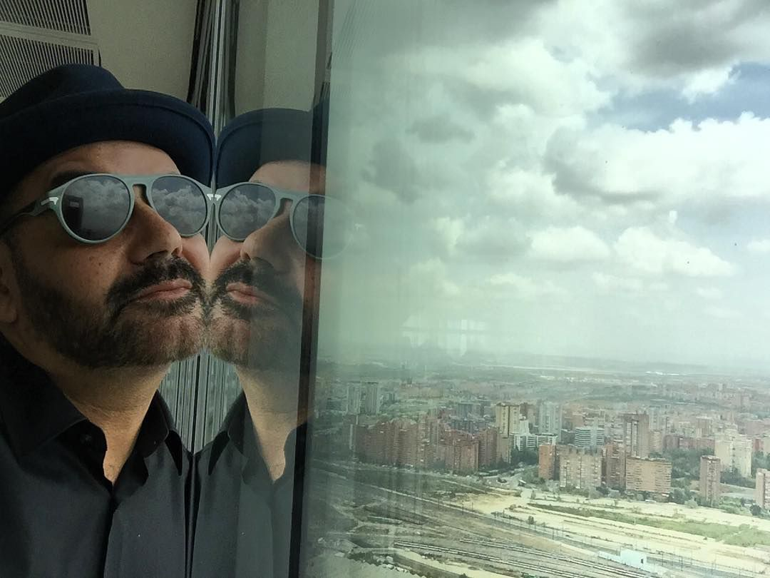 La imagen del tejido urbano de la capital se cuela por la ventana. Foto: Instagram.