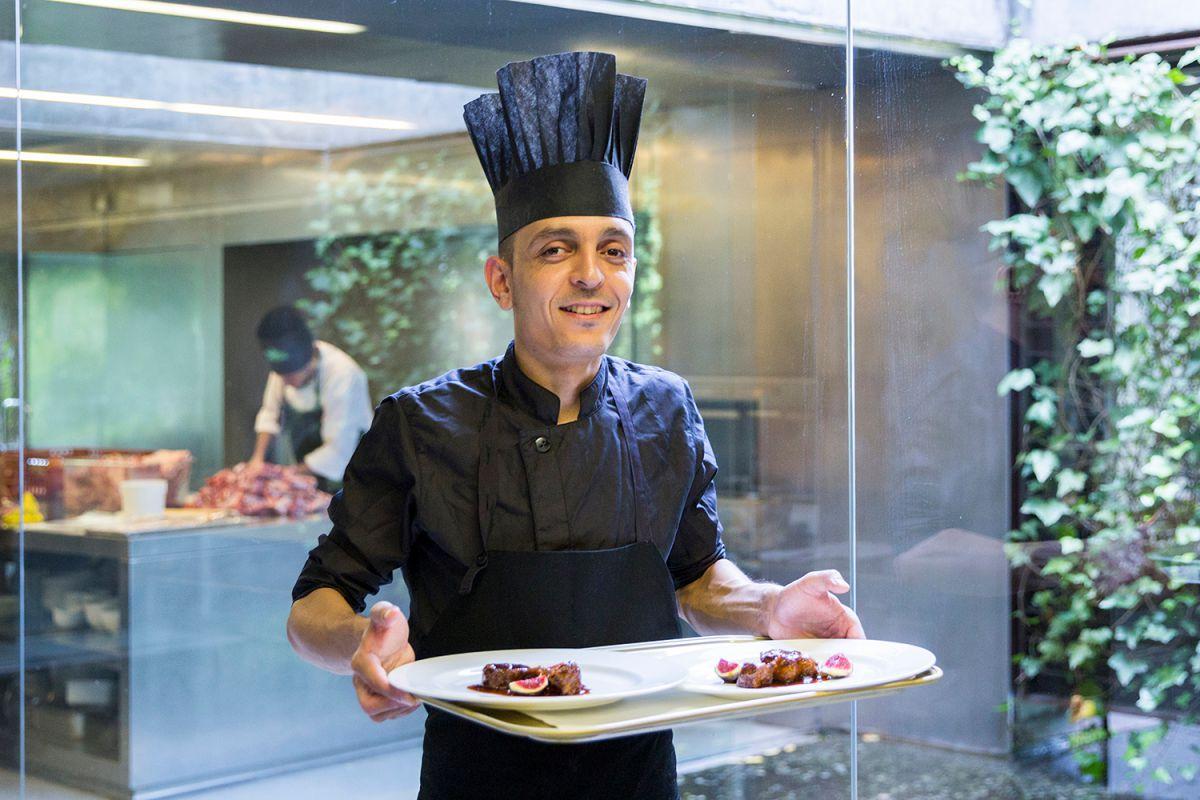Uno de los cocineros muestra los platos del restaurante Les Cols, en Olot, Girona. Foto: Kristin Block