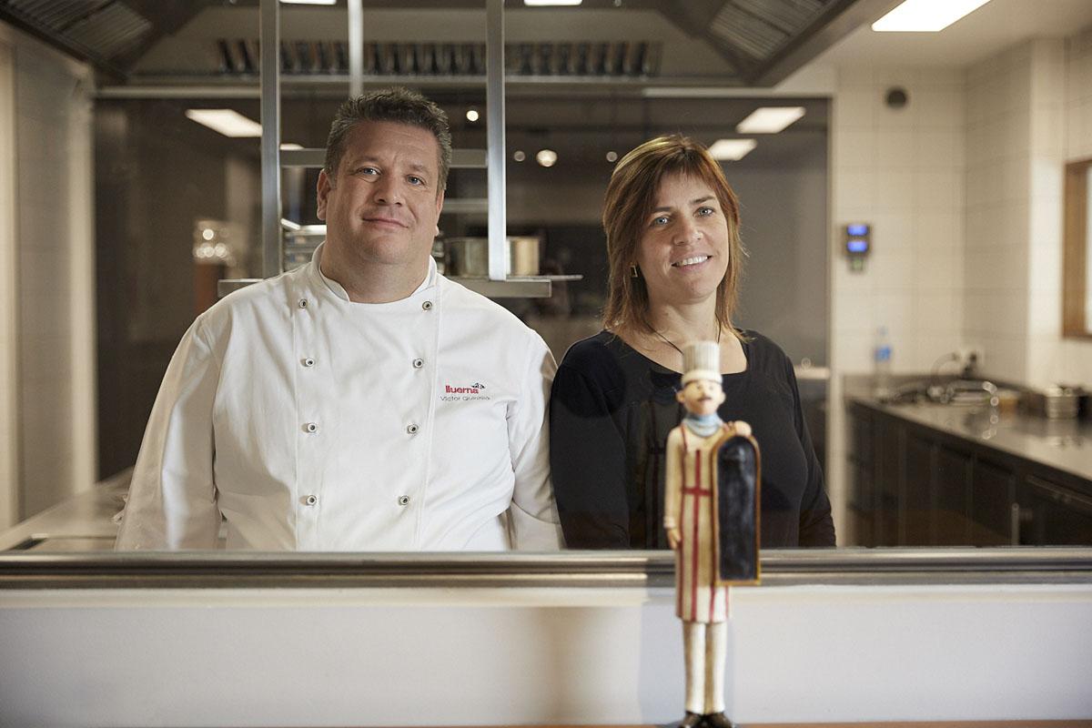 El chef de 'Lluerna', Víctor Quintillà y la somelier y socia, Mar Gómez, en la cocina del restaurante.