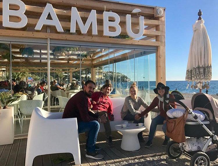 En el chiringuito 'Bambú', en la playa de La Herradura, con familiares y amigos.