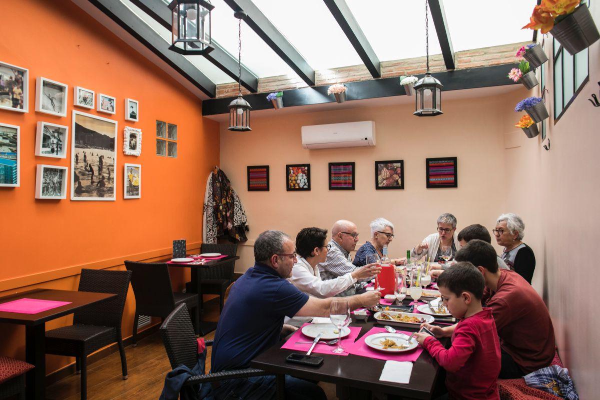 Una familia come en la sala del restaurante peruano Ancón, en Valencia.