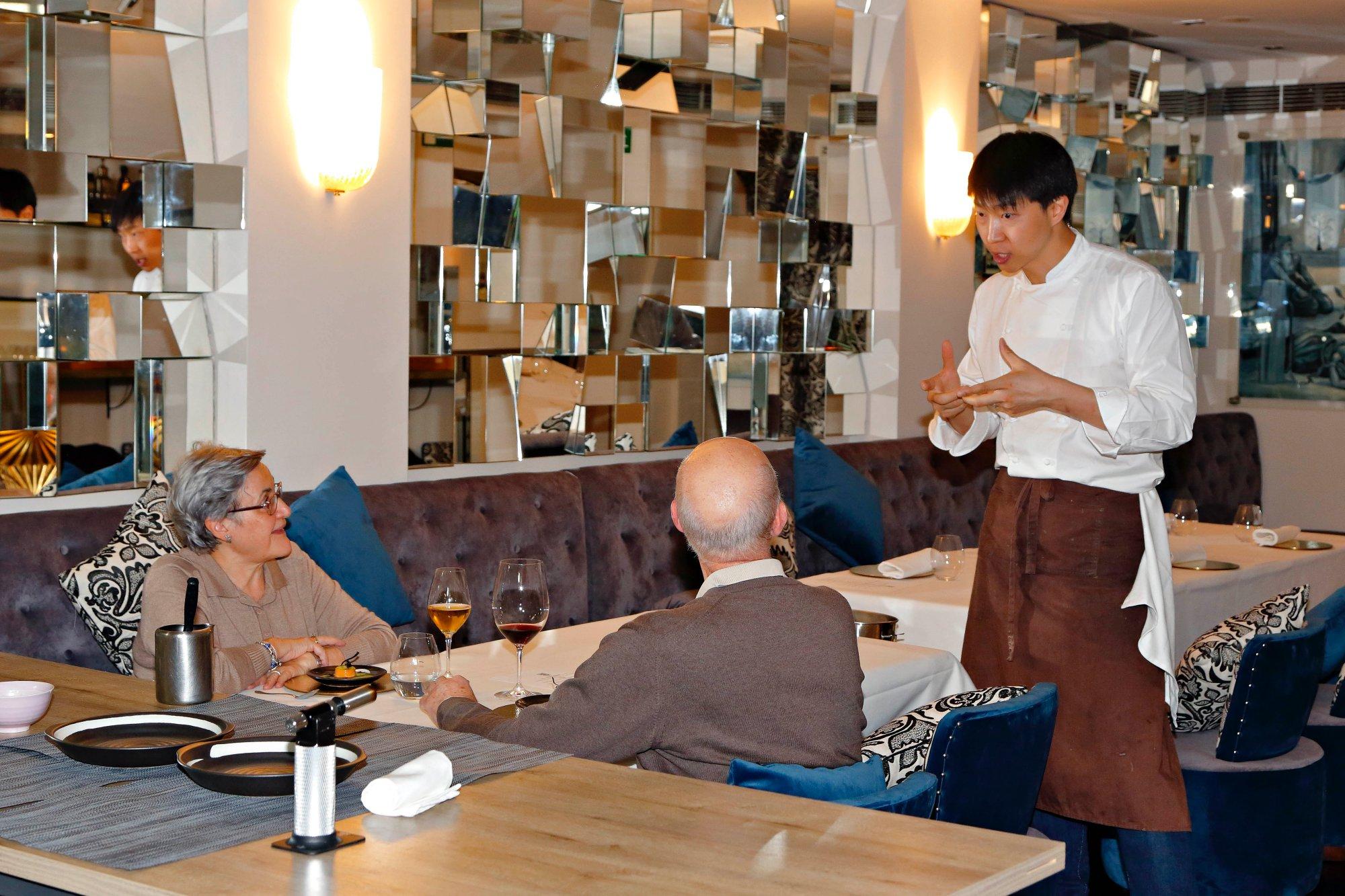 Luke se encarga de contar a los clientes la historia de cada uno de sus platos.