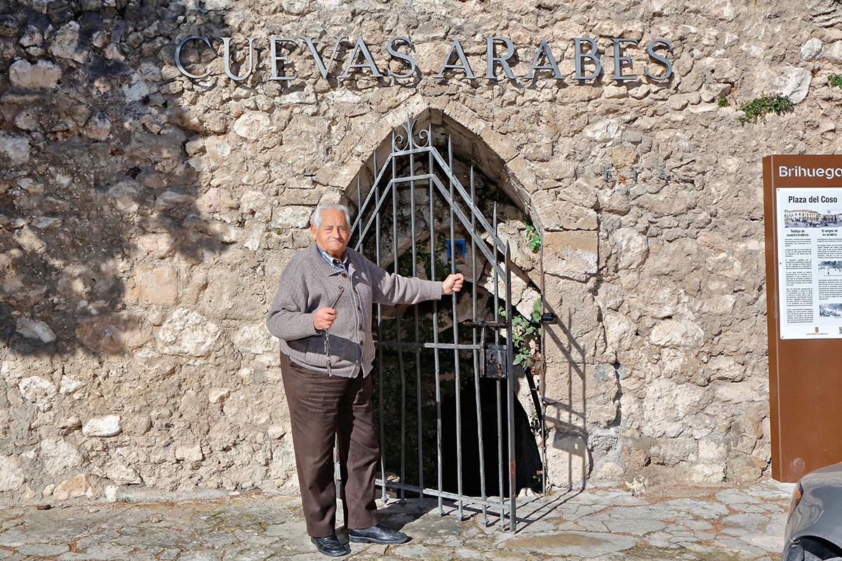 El carnicero del pueblo se encarga de abrir las Cuevas Árabes.