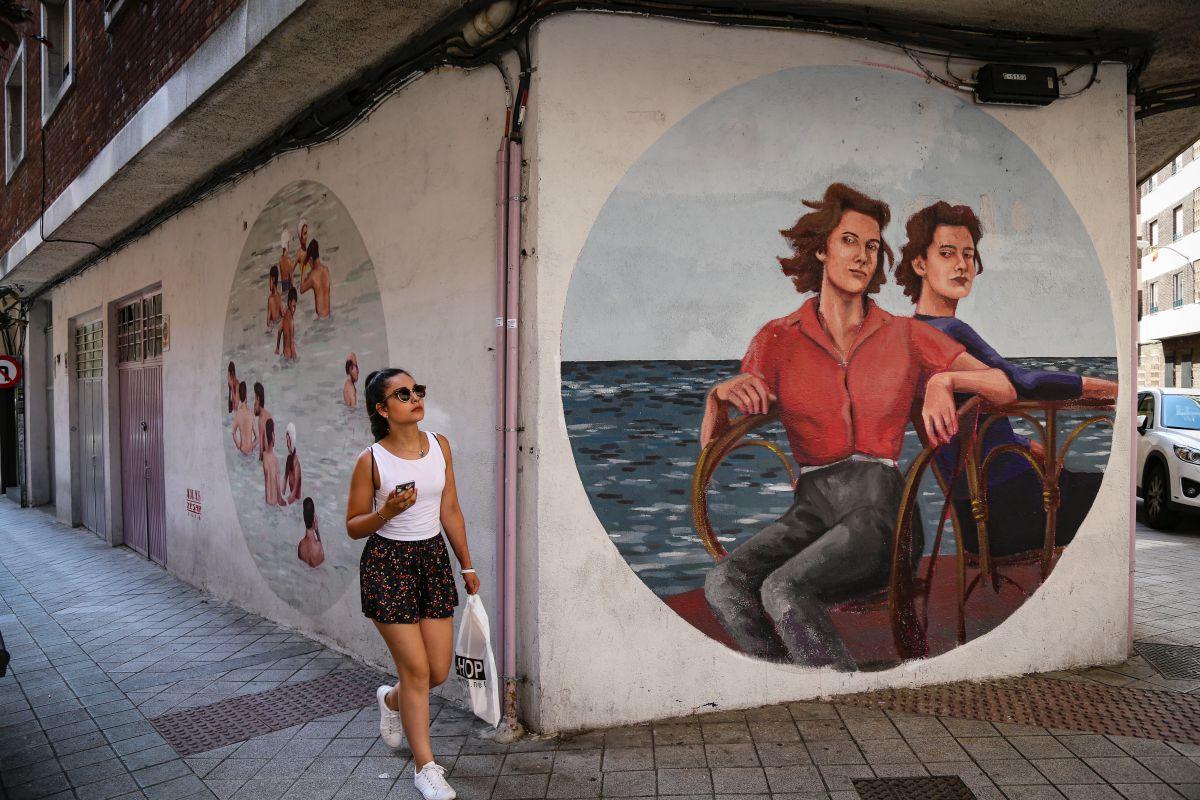 El mobiliario urbano del Barrio del Oeste se convierte en lienzos para artistas jóvenes y consagrados.