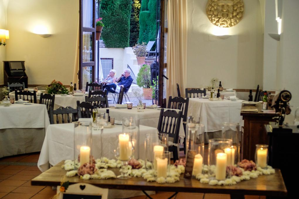 El restaurante se abre al Jardín de las Antigüedades.