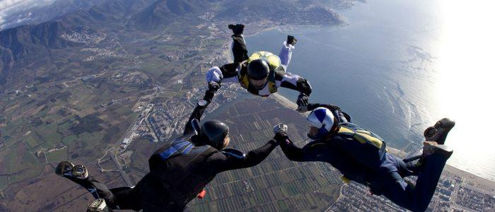 Empuriabrava es uno de los destinos elegidos por muchos para hacer paracaidismo.