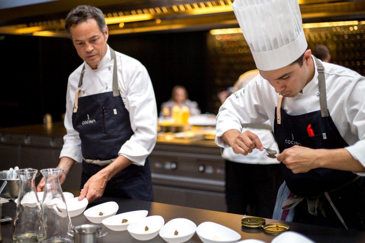 Javier junto a uno de sus cocineros concentrado en dar forma al caviar que luego colocará sobre el calamar curado.