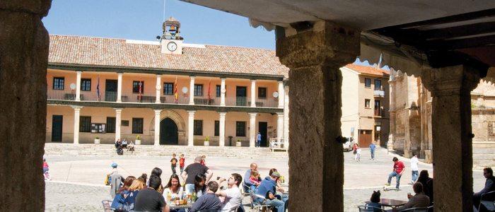 Plaza Mayor de Torrelaguna desde los sosportales.