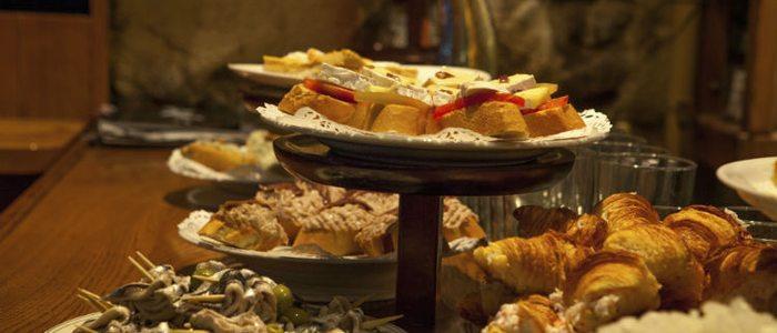 Comer de pintxos es muy típico en todo Gipuzkoa.