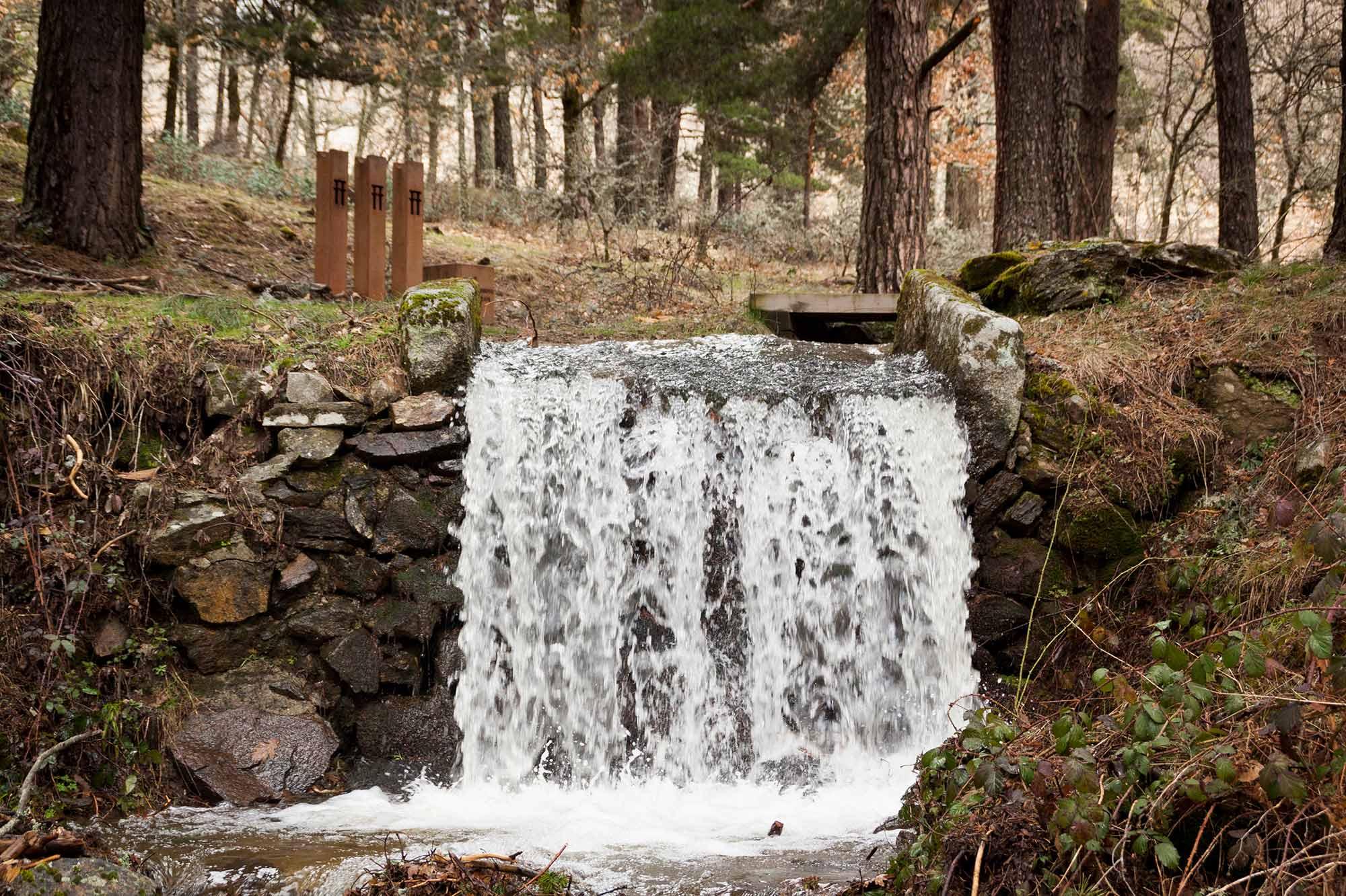 Una de las muchas cascadas de la Sierra del Guadarrama que puedes encontrarte durante la ruta. Foto: Shutterstock.