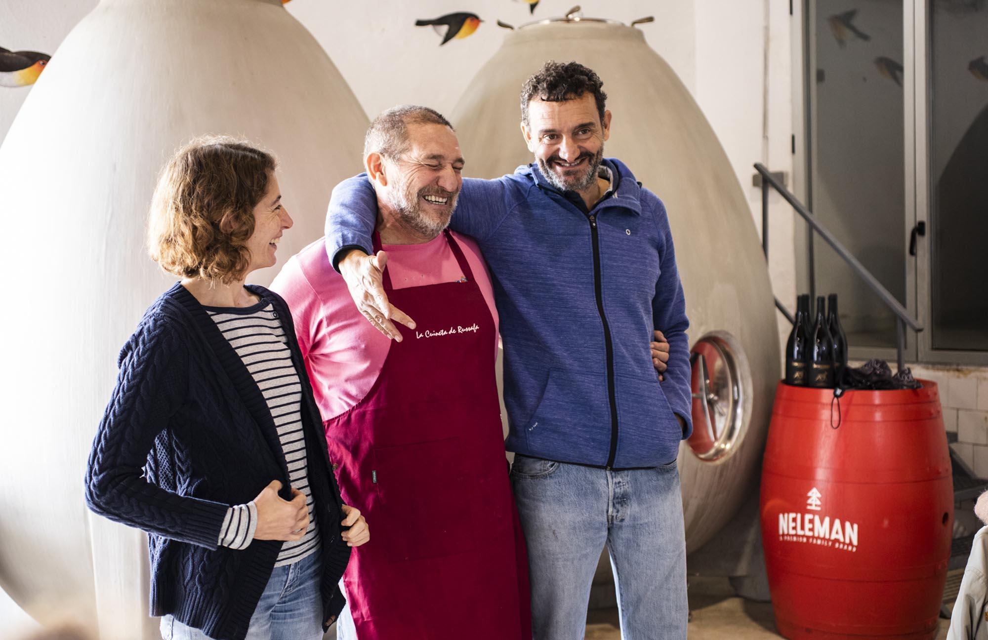 La pareja de viticultores da la enhorabuena al cocinero encargado del menú.