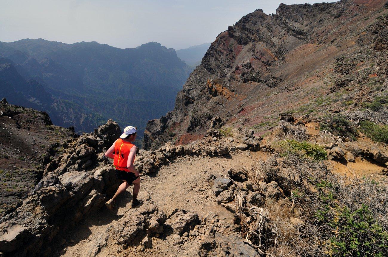 Parque Nacional Caldera Taburiente: runner por el sendero que bordea la caldera