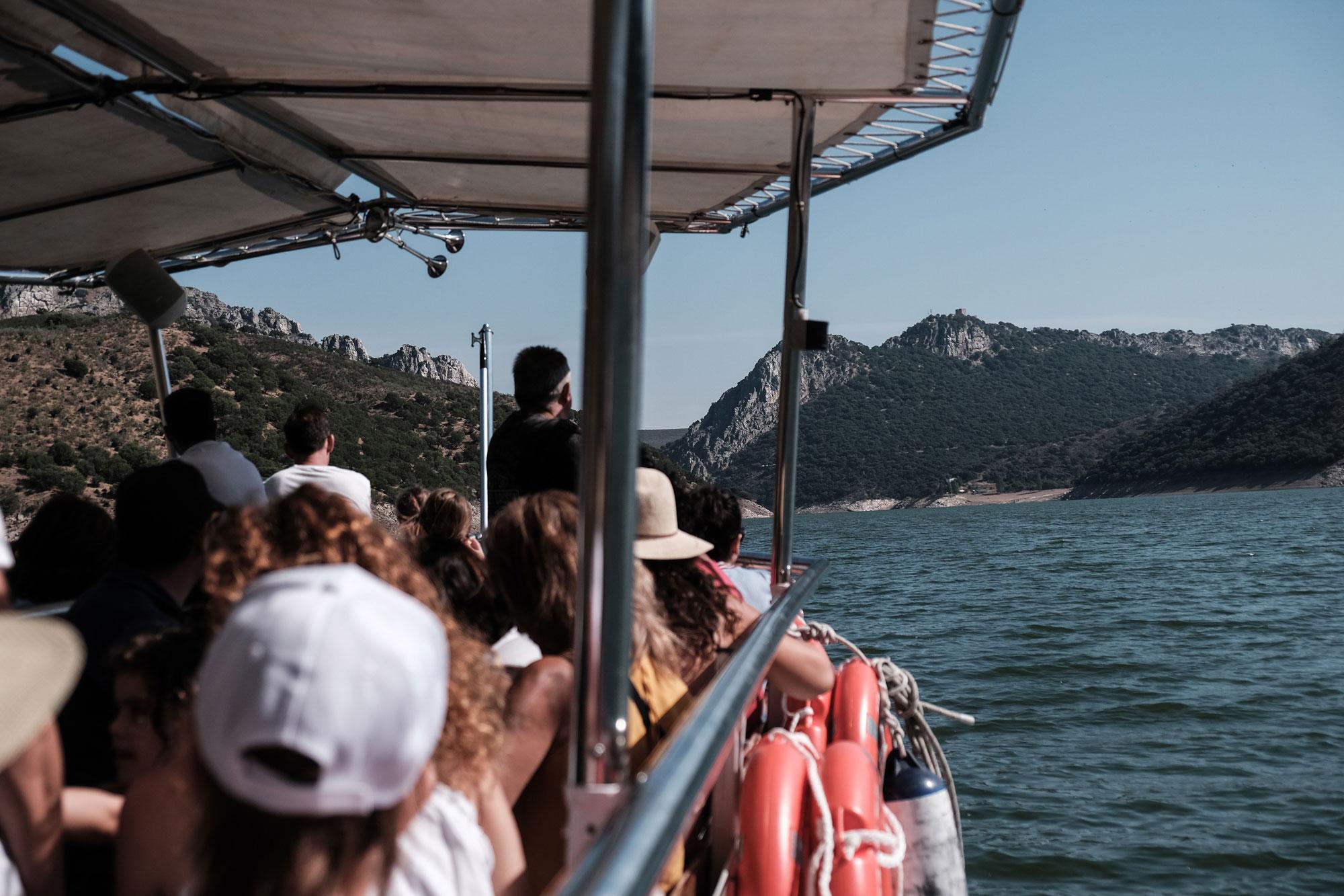 Desde la embarcación se ve el famoso castillo del parque nacional.