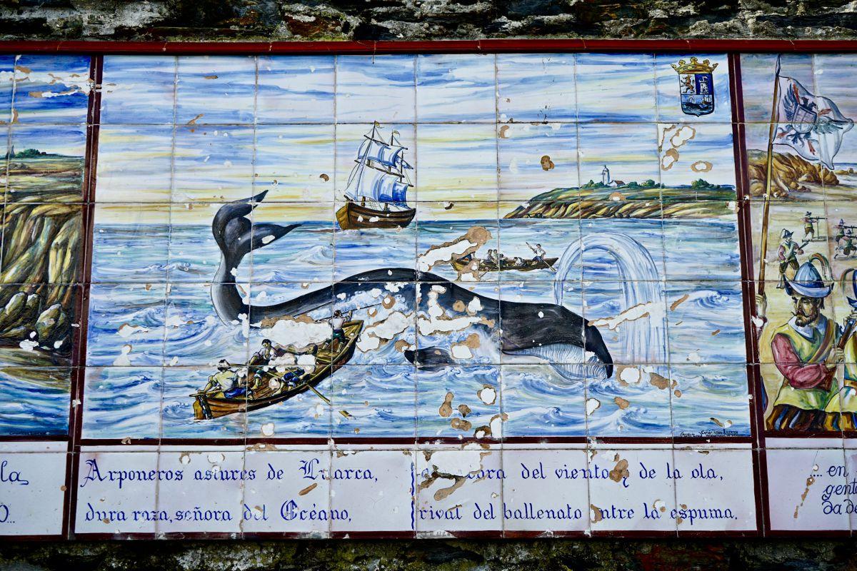 Vista del panel de cerámica de la Casa de los Mareantes en el que figura la caza de ballenas en Luarca, Asturias.