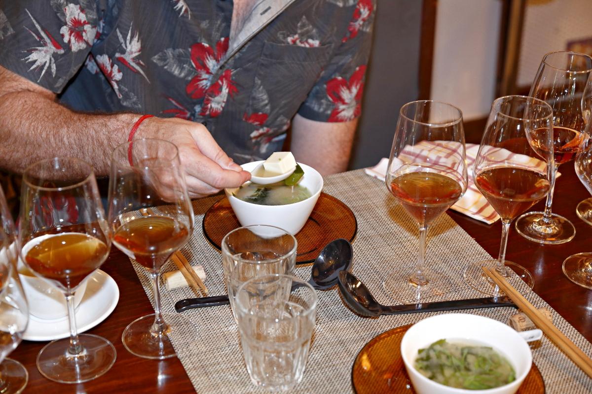 Degustando la Sopa de miso junto a unos jereces, en el restaurante 'Matritum', en Madrid.