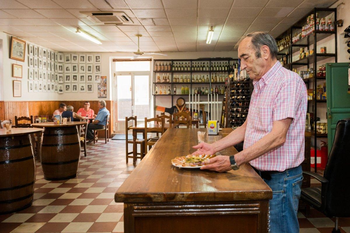 Jesús Segura, y todos los detalles del interior de su local, hablan de la historia de La Unión.