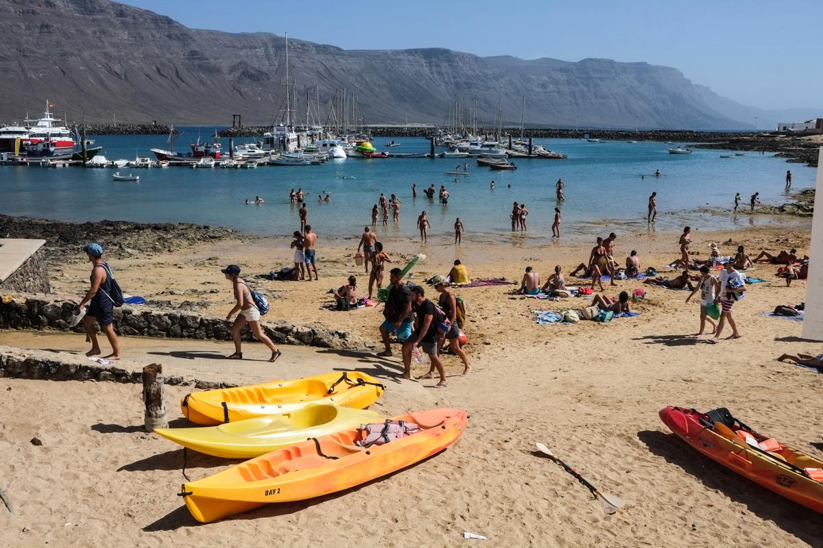 Playa de Caleta del Sebo, localidad principal del islote.