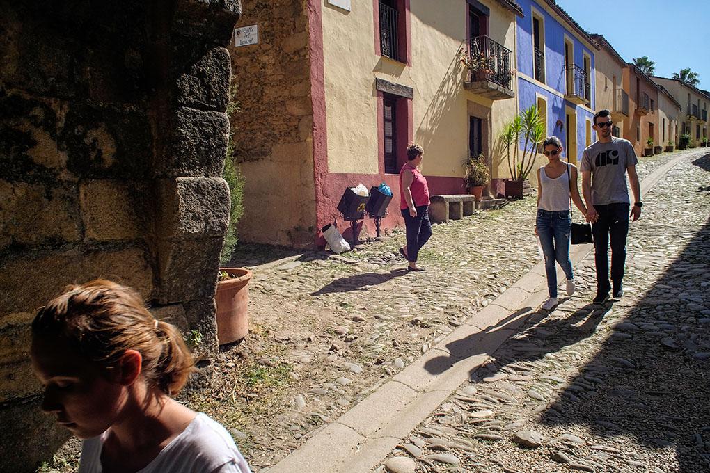 En la calle principal, ya rehabilitada, destacan las casas de colores.