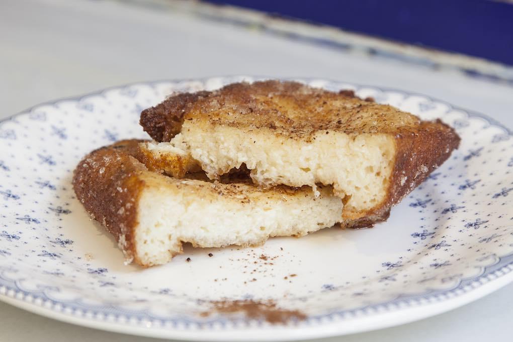 La torrija, que no falte. Ésta, de la dulcería Manu Jara, en pleno barrio de Triana.