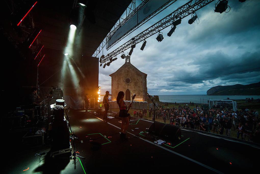 Un escenario a pie de mar. Foto: Mundaka Festival.