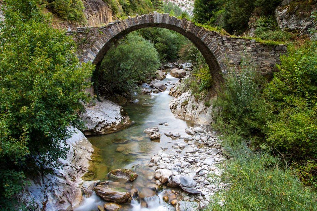 El puente de Holtzarte, en Isaba. Foto: Shutterstock.